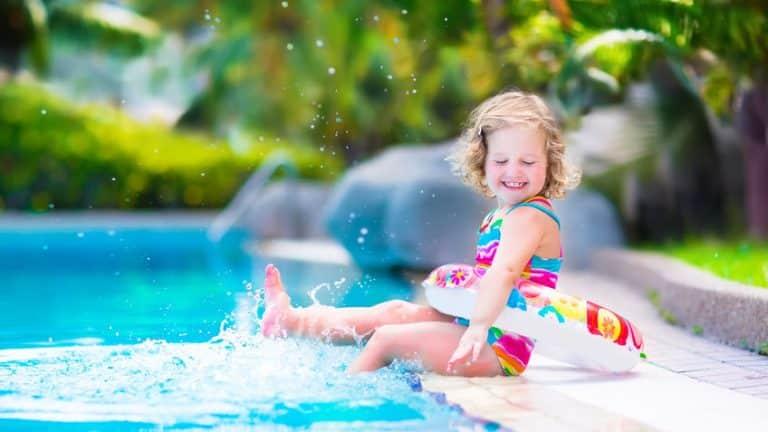 Sécurité piscine: trois raisons d'opter pour le portillon en verre